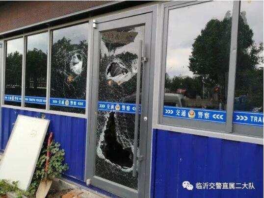 醉酒男子用砖头打砸警务岗亭的门窗,治安拘留10天,并处1000元罚款后悔莫及。