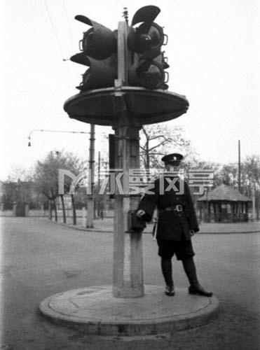 1940上海租界街头的交通岗亭和交通警察
