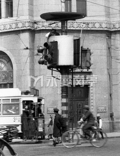 1937年上海租界街头的交通岗亭和交通警察