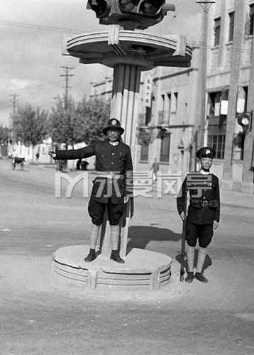 侵华日军占领南京后,南京中华路上伪警察在交通岗亭执勤