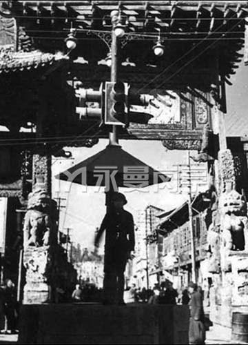 1945年昆明主要大街的一个交通岗亭,后面牌楼的一边被日本飞机炸毁