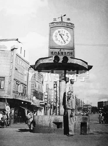 1945年援华美军士兵在贵阳市交通岗亭前留影